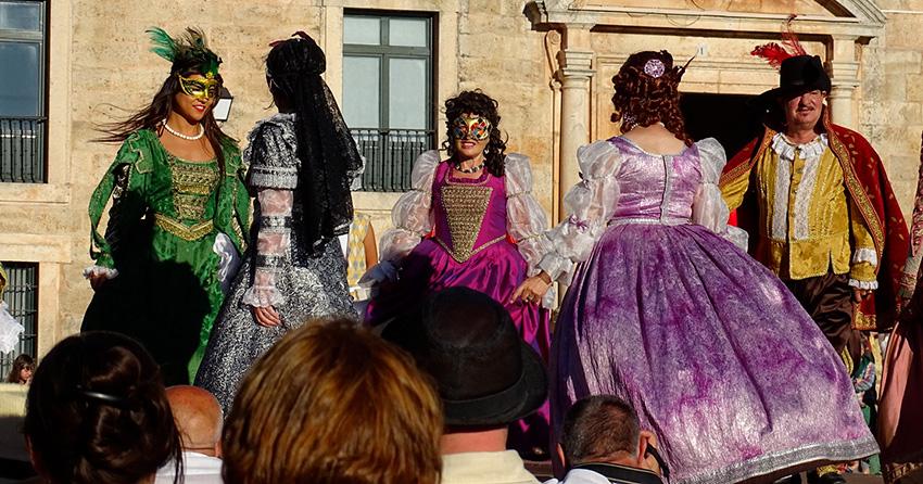 Personas ataviadas con trajes históricos