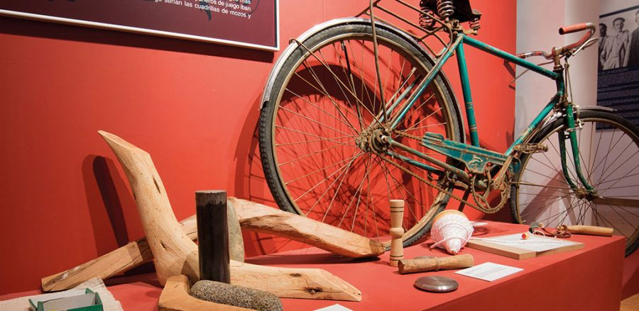 Sala del museo donde se muestra una bicicleta antigua
