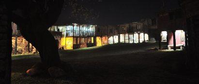 Vista nocturna de un pueblo iluminado por luces