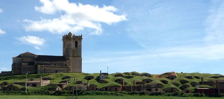 Bodegas de Castrillo Solarana con la iglesia al fondo