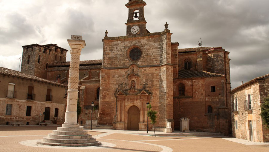 Iglesia y Rollo en la Plaza