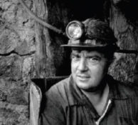 Minero con casco. Foto en blanco y negro.